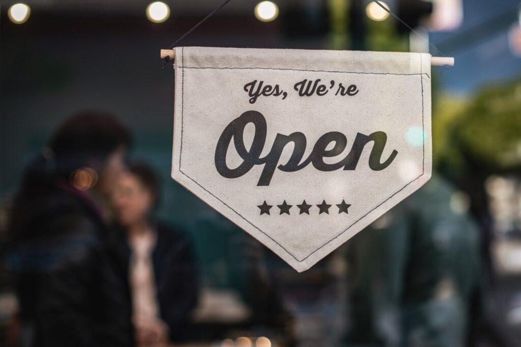 Un insegna segnala che il negozio è aperto